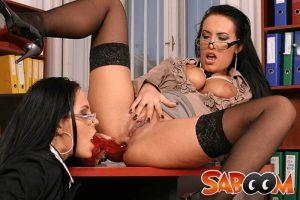 Perverse Dildo Ficks mit lesbische Sekretärinnen