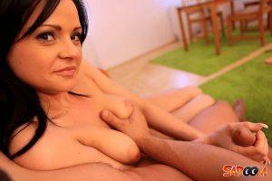 Nackte Hausfrau geil befummelt auf scharfe Sexbilder
