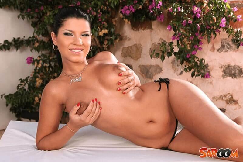 Sexy Latina Girl lässt sich die Titten bräunen auf geilem Porno Foto