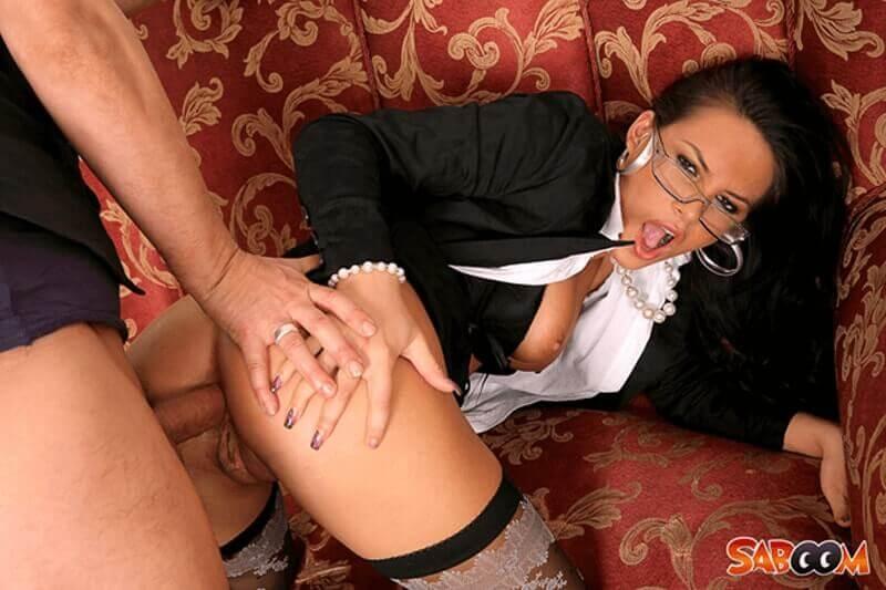 Versaute Sekretärin beim Anal Fick mit einem Vertreter auf einem brutalen Sexbild