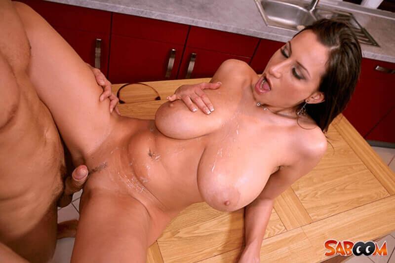 Vollgewichste Hausfrau mit dicke Hängetitten auf scharfem Porno Fick Foto