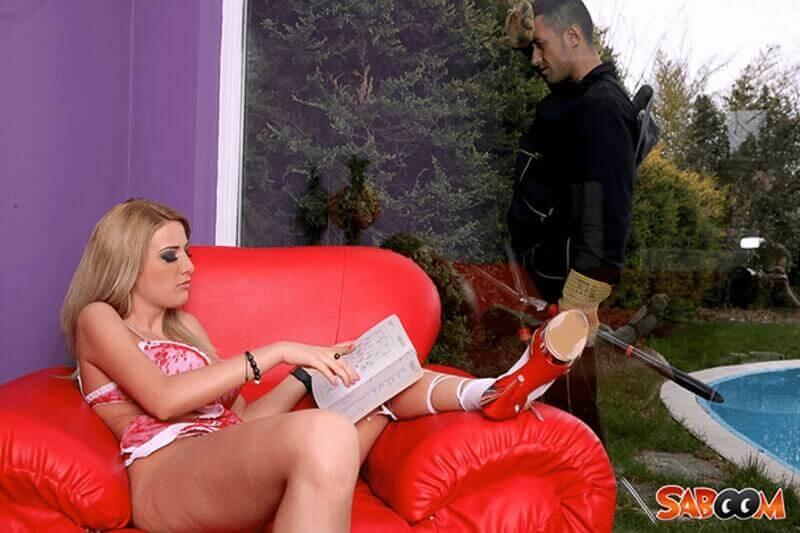 Blonde Hausfrau in sexy Dessous verführt den Gärtner