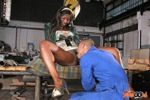 Negerschlampe bezahlt Mechaniker mit Ficken