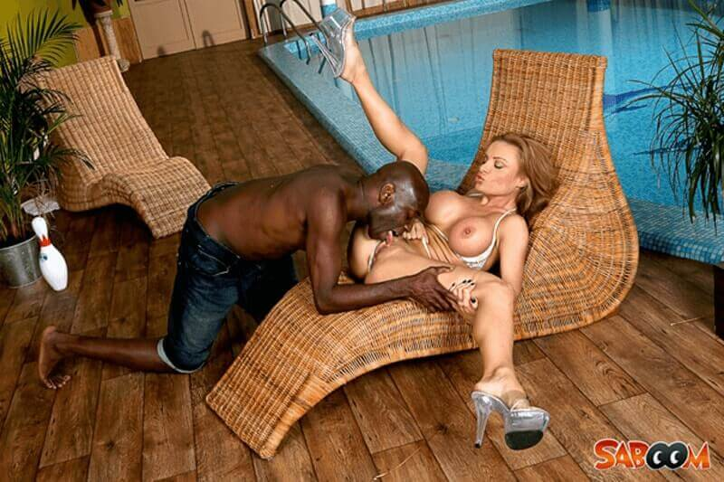 Hardcore Sexfoto zeigt wie sich eine Ehesau die reife Fotze von dem schwarzen Poolboy lecken lässt