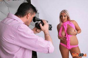 Erotisches Fotoshooting mit molliger Blondine