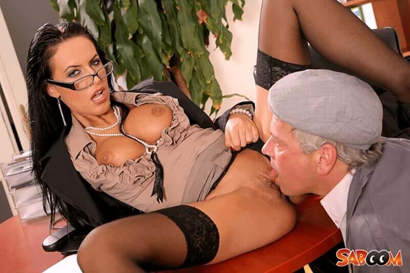 Unzensiertes Porno Foto zeigt geile Sekretärin wie sie sich die Muschi lecken lässt