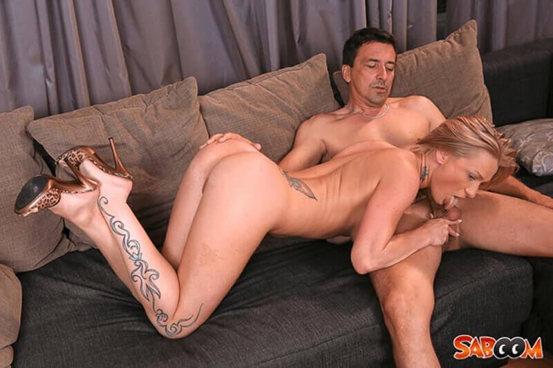 XXX Fickfoto mit versauter Hausfrau beim Schwanz blasen
